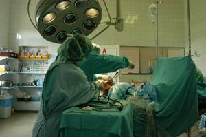Hvad er tjenesten for et Scrub Nurse Før Surgeon ankommer?