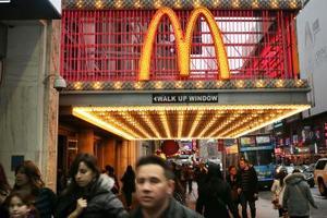 Forskellige metoder er vedtaget af McDonalds til at øge salget