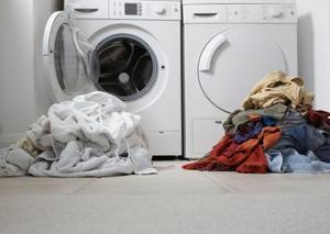 Hvad er årsagerne til en mugne lugt i vaskemaskine?