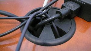 Den bedste måde at skjule udsatte ledninger i et hjemmekontor