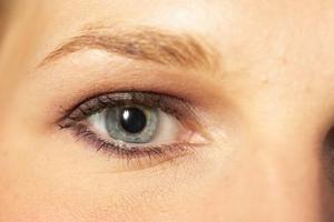 Hvordan til at farve grå øjenbryn