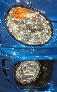 Anvisninger for at ændre den Passenger-Side Headlight Pære på 2003 Subaru Impreza WRX