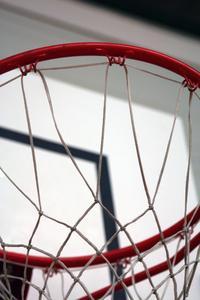 Hvad er den juridiske højden af en basketball mål?