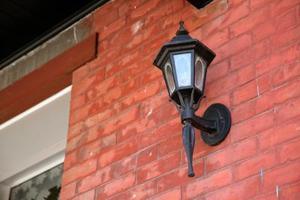 Sådan fjerner du en veranda lys dække for at ændre pære