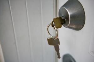 Hvordan man åbner en deadbolt lås