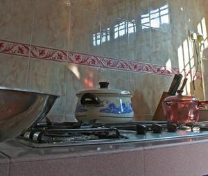 Sådan fjernes bagt-on fedt fra komfur toppe