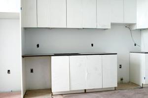 Køkken design ideer ved hjælp af hvide skabe