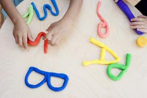 Hvordan laver Playdough Uden fløde af tandsten