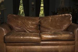 Sådan udfylder læder sofa puder syet til rammen
