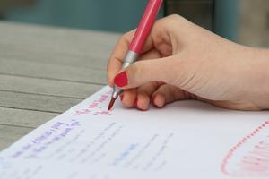 Hvordan man skriver en acrostic digt om engelsk
