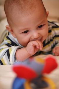 Hvordan man laver et fyld legetøj til en baby