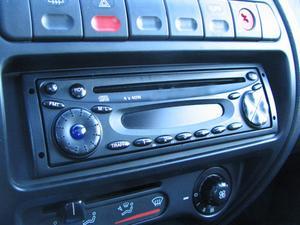 Hvordan installerer jeg en cd-afspiller i en 2004 Chevrolet Colorado?