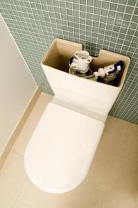Sådan installeres et toilet tank til en skål pakning
