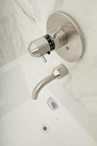 Sådan installeres en Plug Adapter i et badekar at Erstat et afløbsvand Overflow