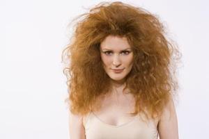Sådan fjerner orange fra hårfarve