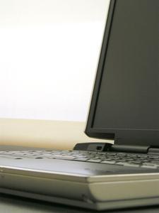 Hvordan du tilslutter en Dell Laptop til en Sony Bravia fjernsyn