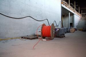 Sådan fjerner maling fra en konkret kælder gulv