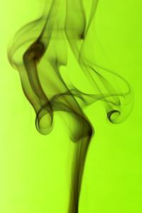 Sådan fjernes cigaretrøg fra Tapet
