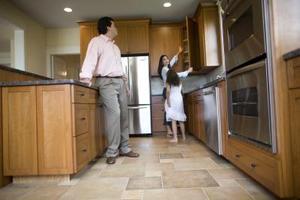 Hvilken størrelse keramiske fliser til brug på et lille køkken gulv