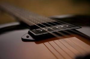 Hvorfor min amp brummer når jeg rører min guitar strings?