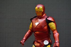 Hvordan laver man en Iron Man-maske ud af papir
