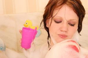 Hvordan til at fjerne pletter fra en glasfiber badekar