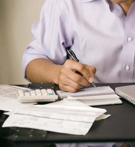 Hvordan til at deponere en check i en andens konto