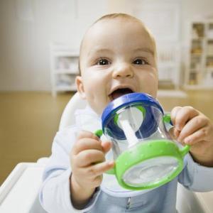 Sådan Switch en Baby fra en flaske til en Cup