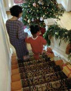Hvordan du installerer et tæppe runner på åbne trapper